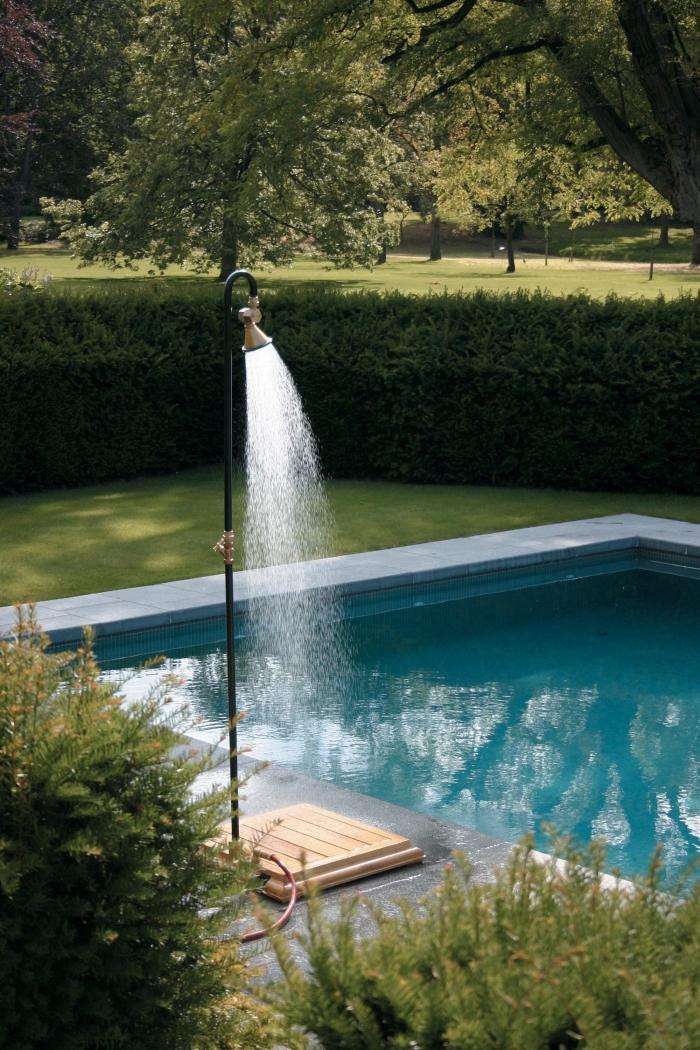 décoration de cour arrière avec jardin gazon, aménagement jardin avec piscine rectangulaire et plage béton avec douche mobile