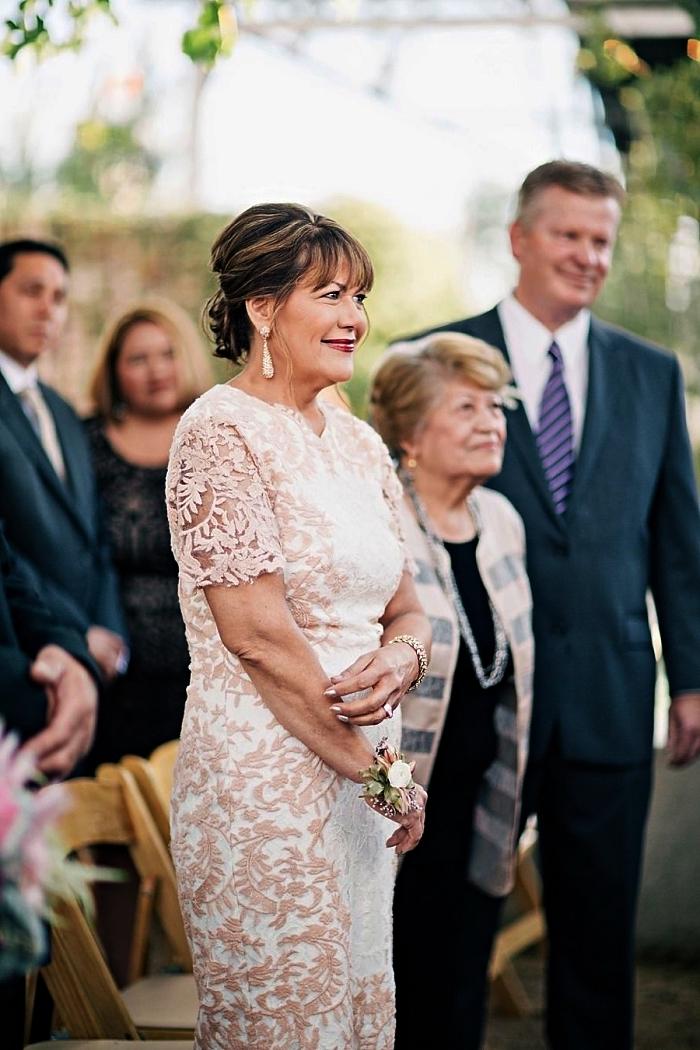 une robe bi-colore en dentelle avec manches courtes et appliques en dentelle, quelle robe mere de la mariee choisir