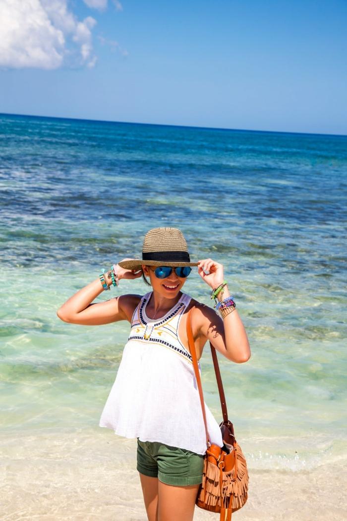 sac frangé, short, tunique blanche, lunettes de soleil, chapeau paille femme, bracelets bohèmes, femme sur la plage