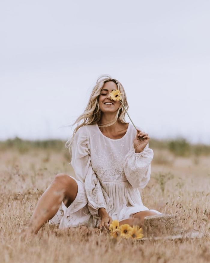 style vestimentaire hippie chic pour femme été, modèle de robe mi longue fluide aux manches bouffantes en blanc