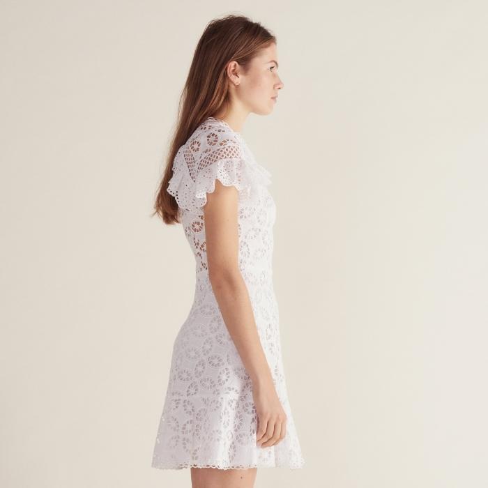 quelle couleur et matière pour une robe d'été, modèle de robe blanche courte aux manches à volants en dentelle