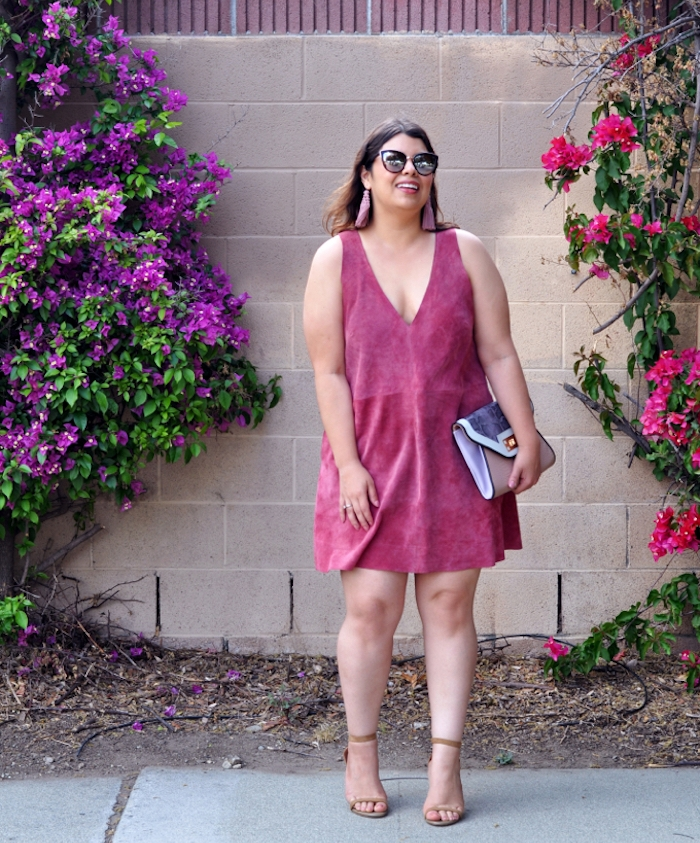 idée de tenue femme décontractée et chic, robe couleur rose fuchsia avec décolleté en v et sac à main pochette