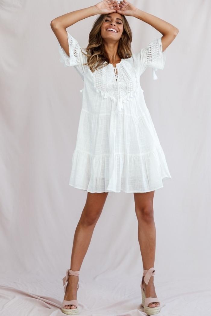 modèle de sandales compensées en rose pastel à effet papillon, idée robe courte avec manches courtes et détails broderie