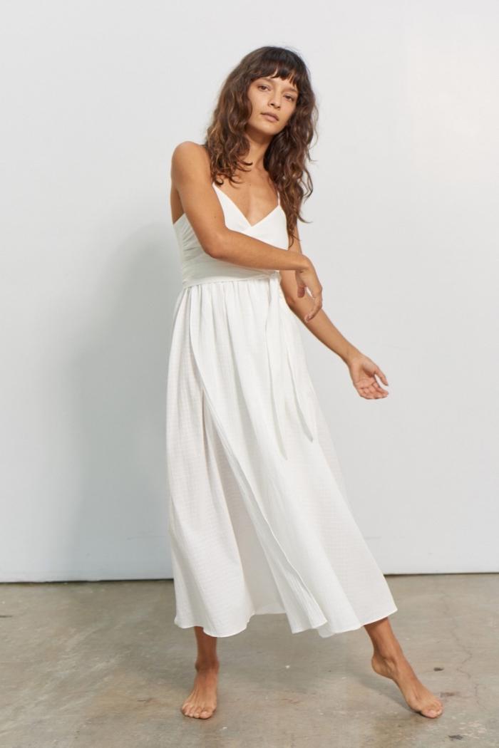 coiffure cheveux longs avec frange courte femme, modèle de robe hippie chic avec décolleté en v et jupe longue fluide