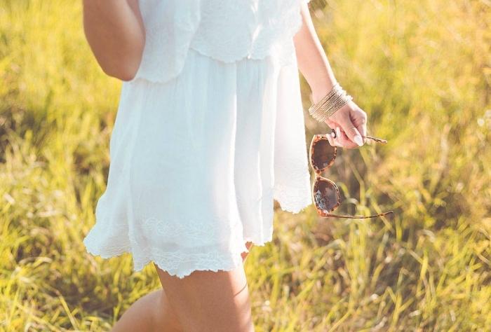 idée robe bohème chic blanche, modèle de robe courte blanche avec top à volants, idée accessoires bracelets ethniques