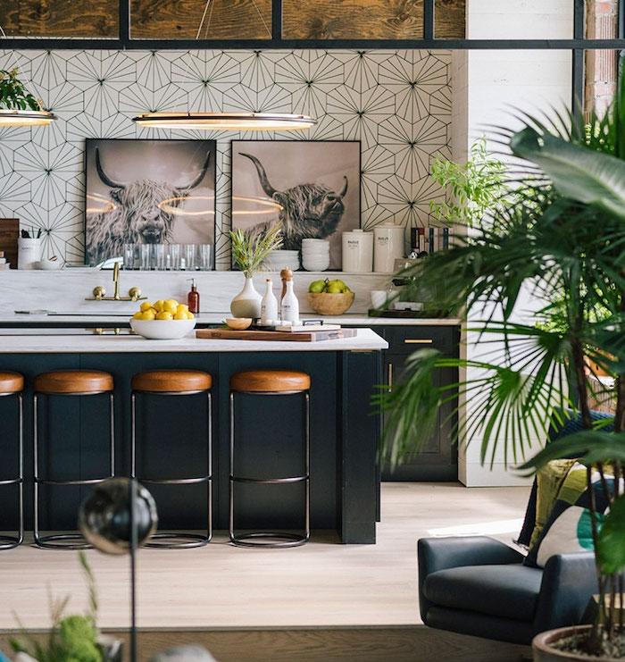 credence motif geometrique, facade cuisine et ilot central gris anthracite, tabouret ilot industriel, plan de travail marbre, plantes tropicales pour decorer