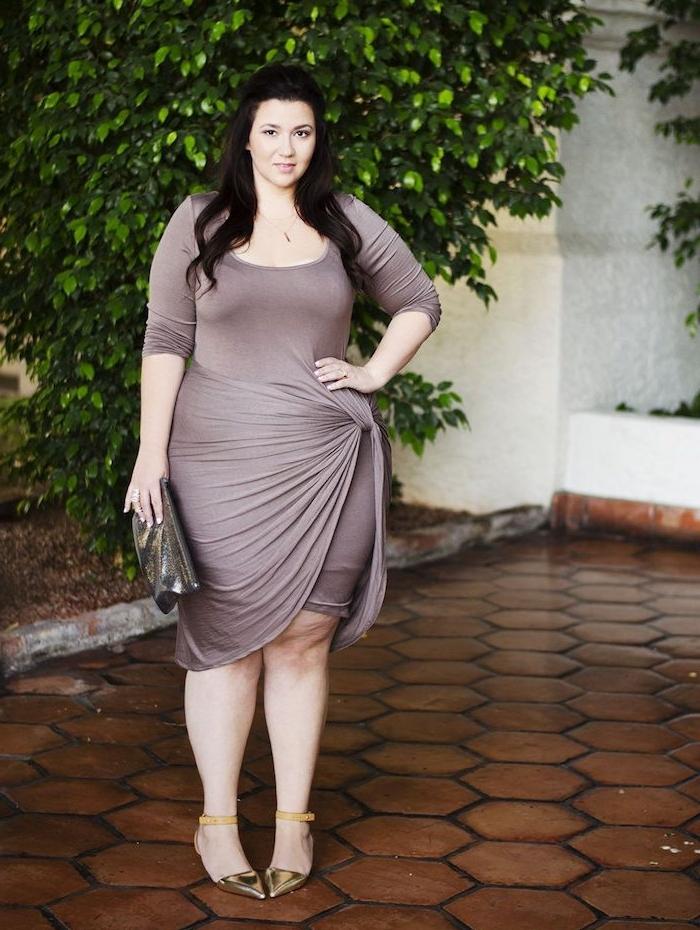 robe porte feuille drapée couleur grise avec des manches longues et pochette de soirée, chaussures femme élégantes