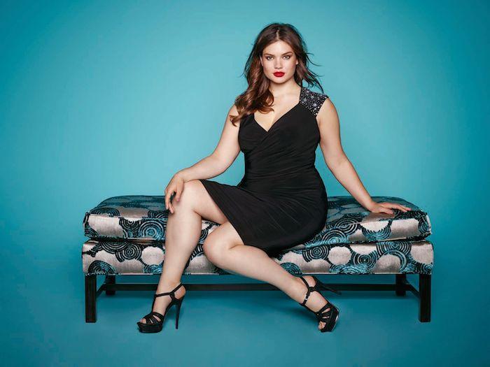 idee de robe noire jusqu'aux genoux à bretelles avec décolleté en v et chaussures noires, rouge à lèvres rouge