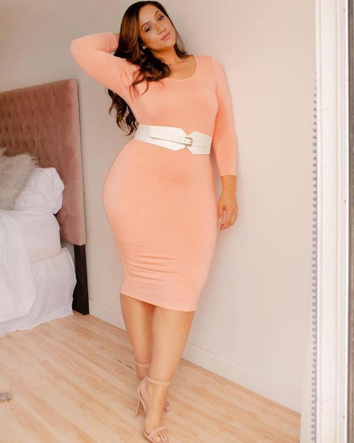 robe pour femme ronde elegante couleur saumon corail avec une ceinture argent et manches longues
