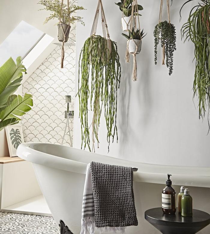 pot macramé avec des végétaux retombants, baignoire salle de bain blanche, carrelage gris et blanc oriental, murs blancs
