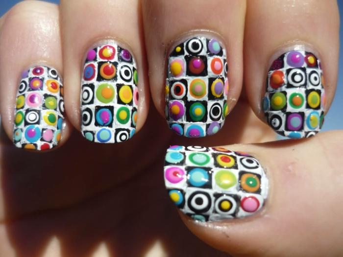 ongles colorés, motifs couleurs vives, figures géométriques sur ongles mi longs