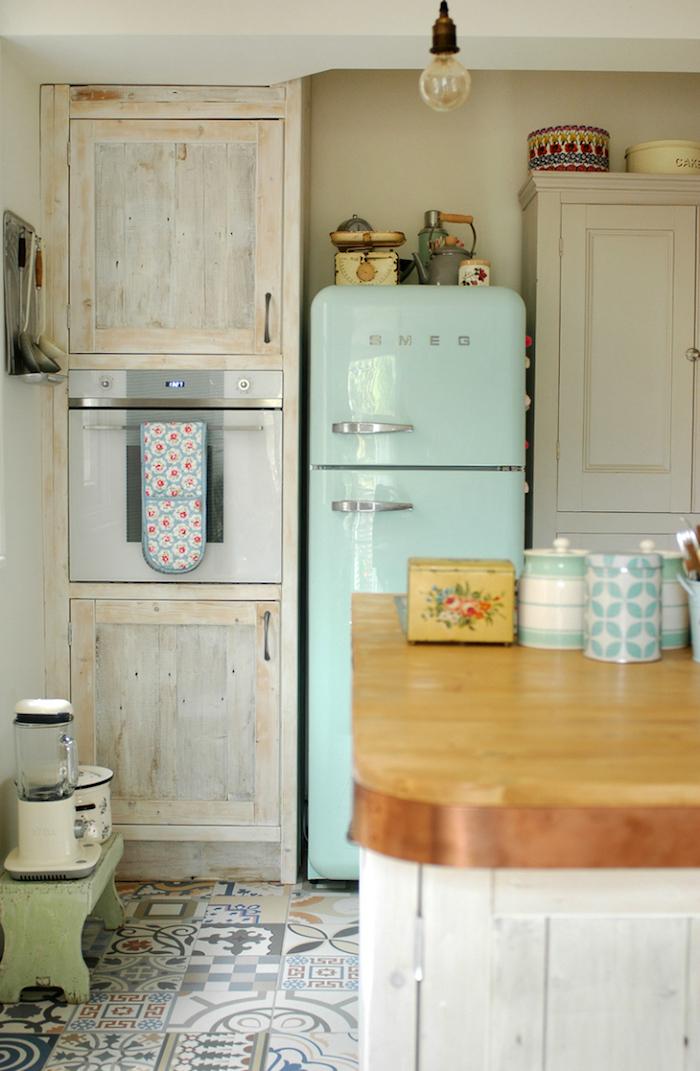 Smeg réfrigérateur bleu claire, cool idée comment aménager sa cuisine vintage, décoration cuisine ancienne, le style rétro à la mode
