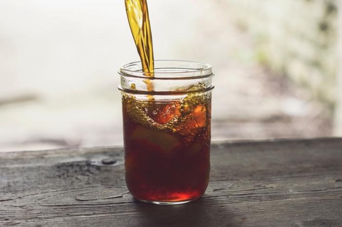 comment servir un ice tea dans un bocal, idée boisson rafraîchissante pour l'été à faire soi-même, recette thé vert refroidi avec citron