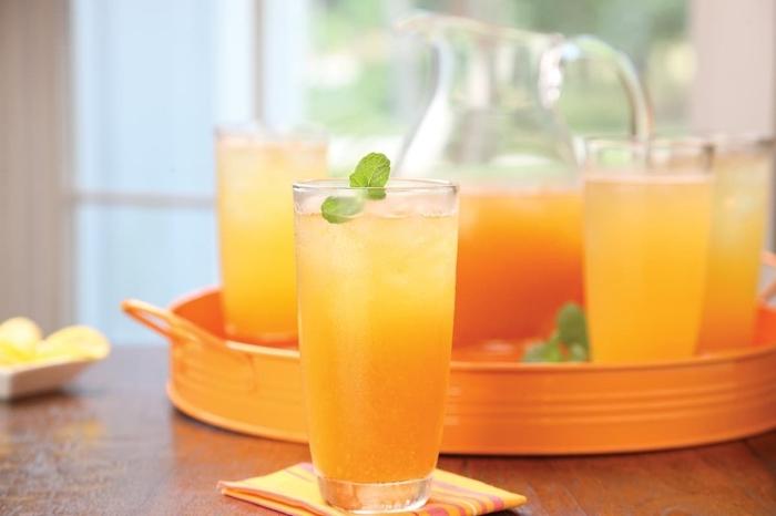 idée recette thé glacé pêche et menthe, comment servir une boisson froide, recette thé refroidi avec glaçons