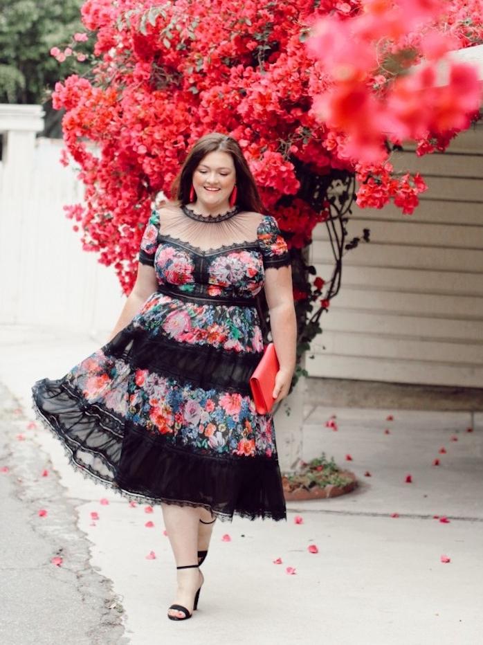 modele de robe de soirée grande taille à imprimé fleuri et dentelle noire avec manches courtes et top à partie transparente