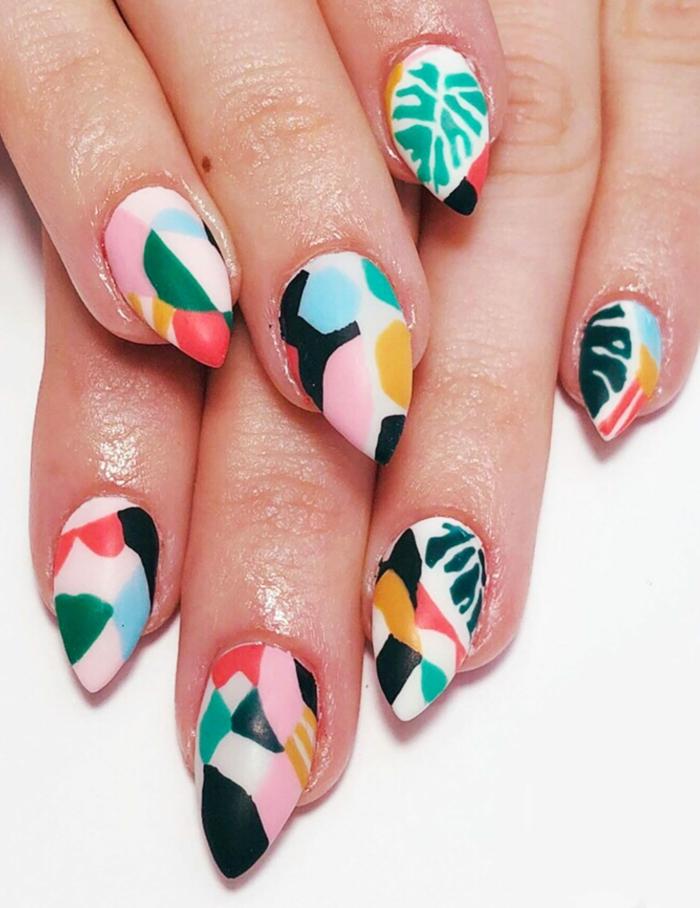 ongles pointus, feuille tropicale, motifs graphiques et feuilles exotiques, ongles stiletto