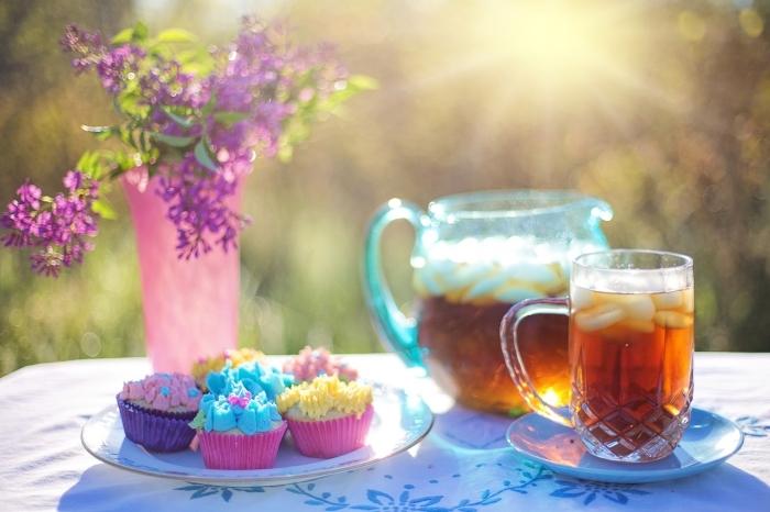quelle boisson froide préparer pour pique nique été, pichet à thé maison avec glaces et tranches de pêche et de citron