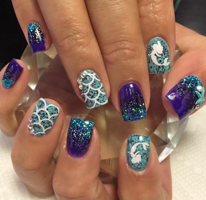 dessin sur ongle écaille de sirène, manucure pailletée, nail art été en bleu, lilas, ongles en dégradé