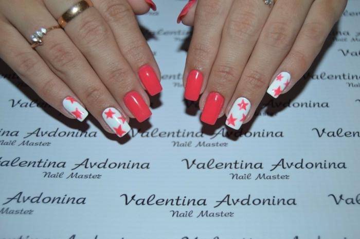 ongles nail art rouge et blanc, étoiles, bagues dorées, bague avec pierres précieuses