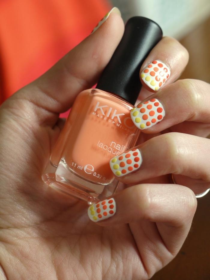 manucure nail art pointillé, pois oranges et jaunes sur ongles blancs, vernis à ongles orange clair