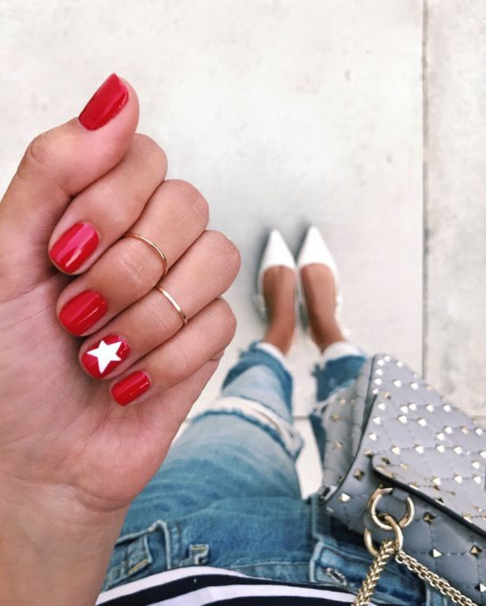 dessin ongle en rouge et blanc, bagues phalangues, escarpins blancs, jeans déchirés