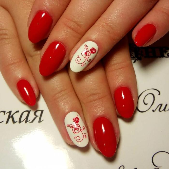 nail art été en rouge et blanc, ongles motifs floraux, ongles ovales en amande, joli déco ongles