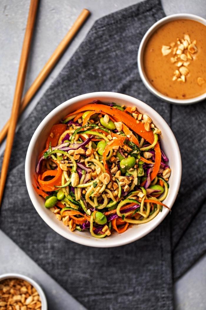 nouilles de courgettes aux légumes avec sauce cacahuète faite-maison, comment cuisiner des courgettes de façon originale