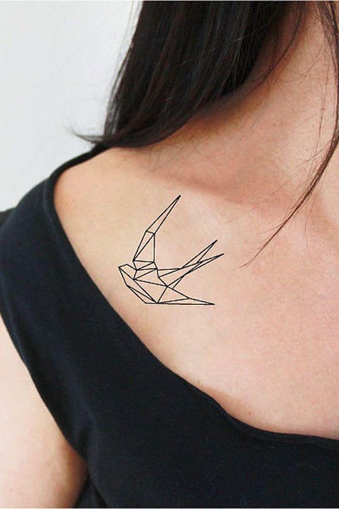 tatouage minimaliste sous l épaule, oiseau géométrique, tatouage femme discret sous la clavicule