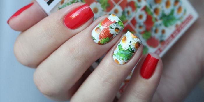faire sa manucure avec adhésifs, manucure fleurs estivales et fruits en rouge, blanc et vert