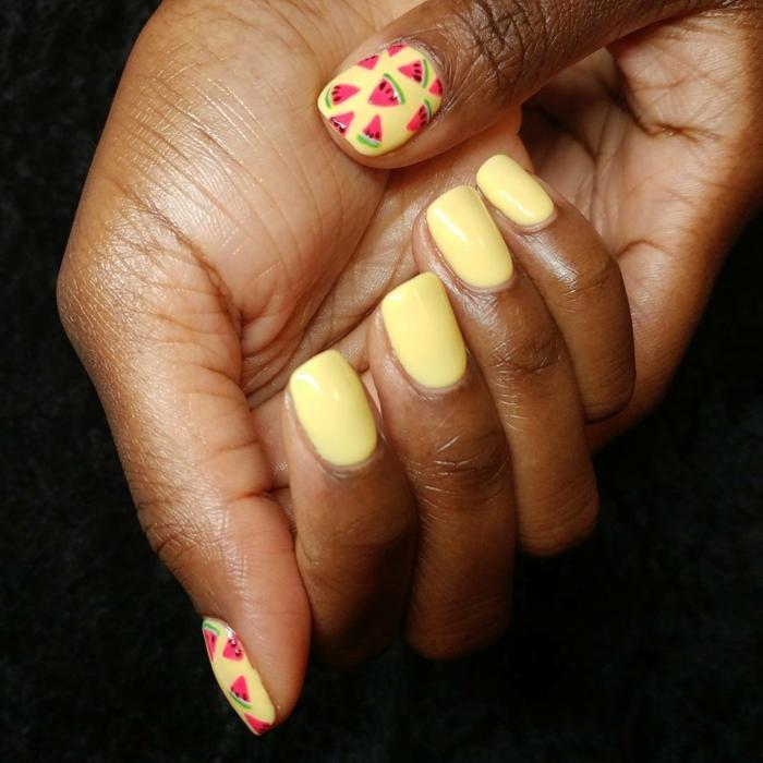 ongles design fruité, melon d eau, couleur des ongles jaune, dessin sur ongle rose et frais