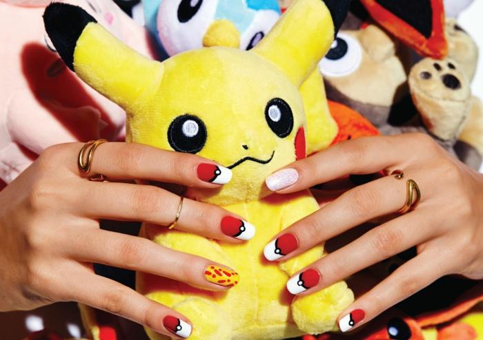 idée nail art en rouge et jaune, blockage de couleur, bagues et bagues phalangues, peluche jaune