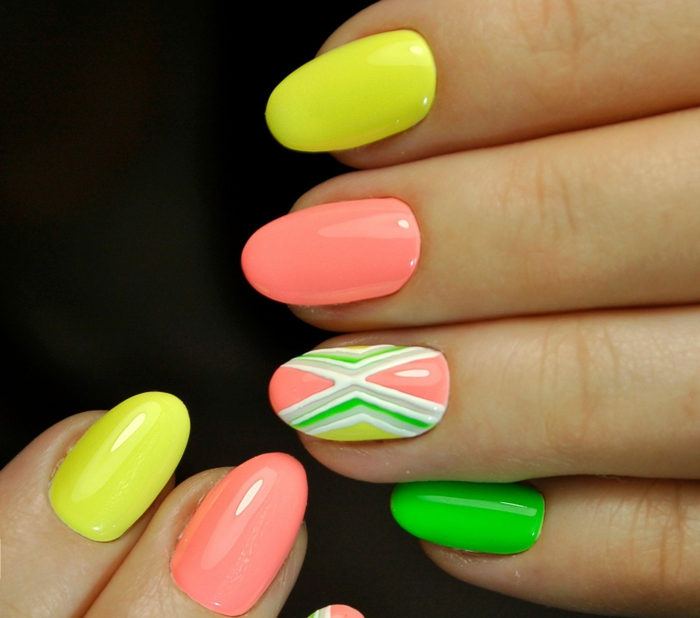 manucure néon, couleurs de l arc en ciel, motifs sur ongles graphique, couleurs jaune, rose, vert