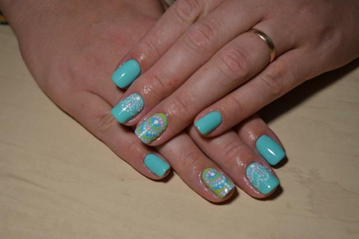 ongles carrés, vernis bleu et verts, motifs ethniques avec pois, déco sur ongles courts