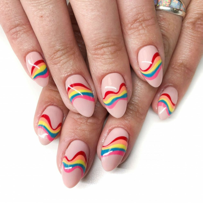 idée nail art arc-en-ciel, ongles en rose avec motifs de l'arce en ciel, bague, ongles forme amande