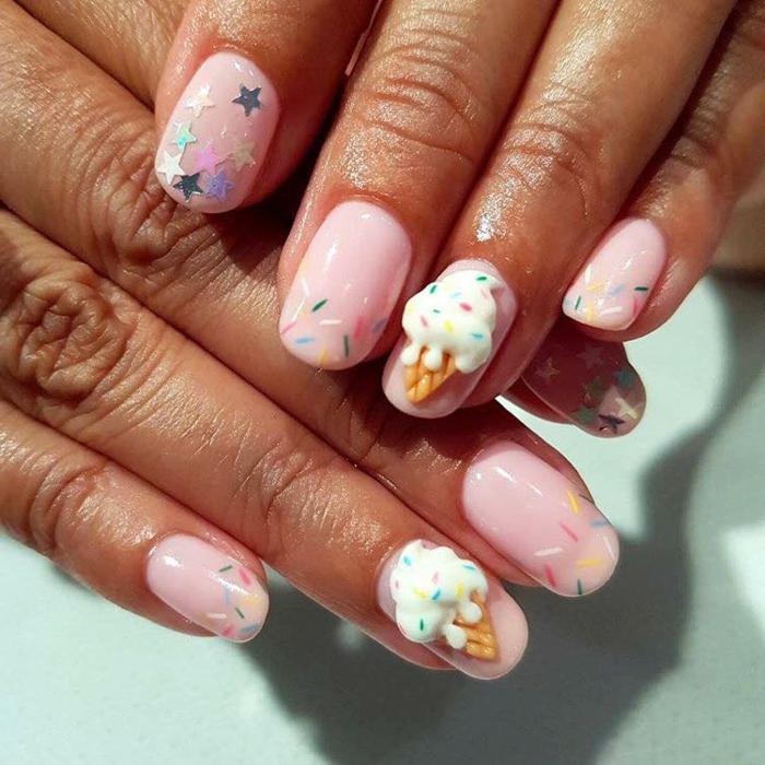 manucure aux couleurs sucrées, glace fondue, étoiles, ongles ovales en rose clair