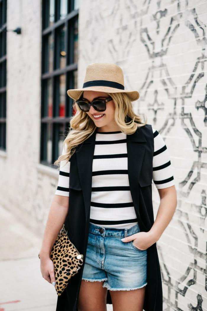 jeune femme, blouse rayée, short denim, gilet noir, lunettes de soleil, chapeau panama femme