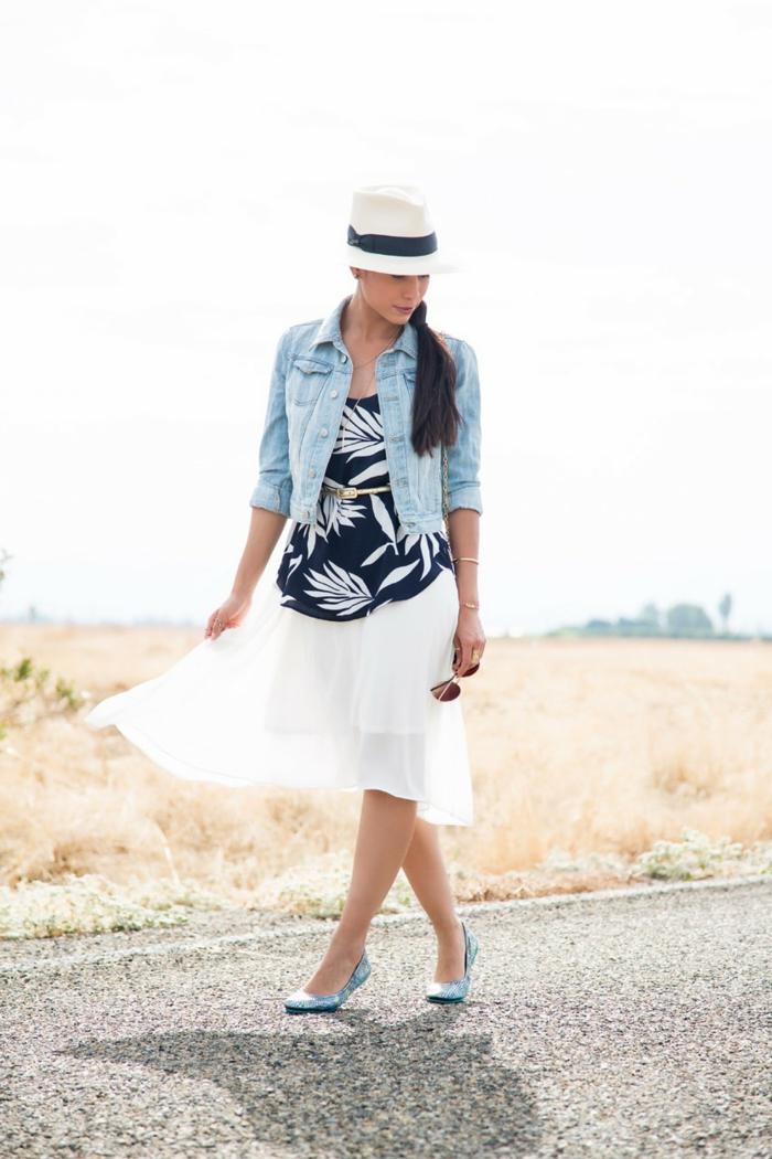 escarpins bleus, jupe blanche, veste en jeans, top floral en noir et blanc, chapeau femme été
