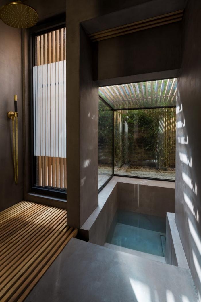 deco salle de bain zen, design intérieur contemporain dans une salle de bain aux murs foncés avec accents en bois