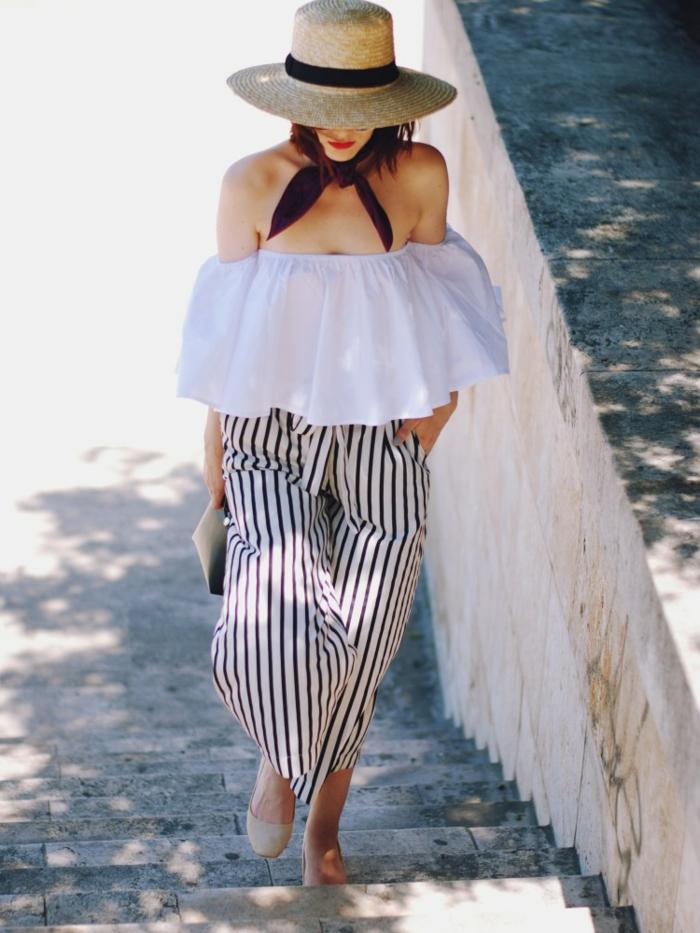 chapeau de paille femme, chemise blanche volant, pantalon rayé fluide, chaussures plates beiges
