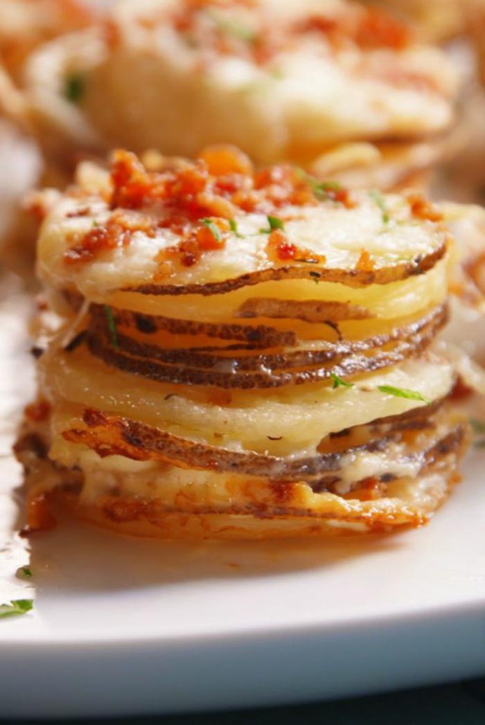 bouchées de patates tranchées superposées à la mozzarella, morceaux de salami, idée apéritif rapide