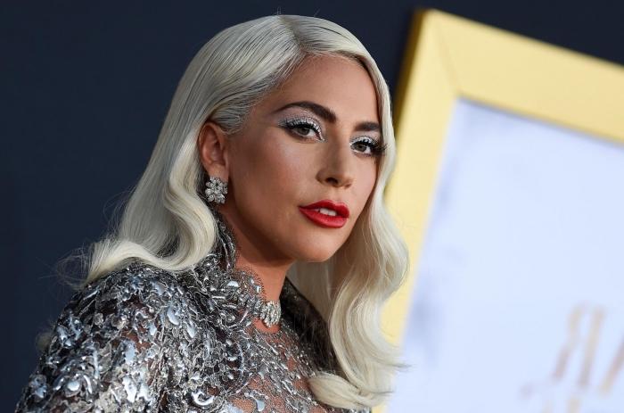 coiffure célébrité aux cheveux longs lâchés avec ondulations de style vintage, Lady Gaga aux cheveux longs en blond polaire