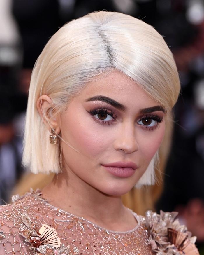 couleur cheveux blond, Kylie Jenner aux cheveux en carré court de couleur blond froid avec racines en blond gris clair