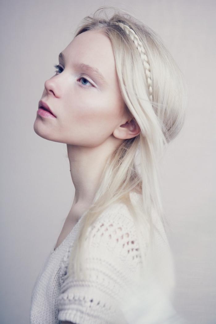 quelle coiffure romantique pour cheveux longs et lisses, exemple couleur de cheveux blond aux reflets blancs