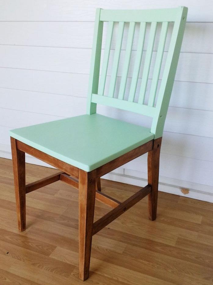 la peinture nouvelle génération 2 en 1 sans apprêt et sans ponçage comme Design et Vous permet de peindre une chaise en bois simplement et rapidement