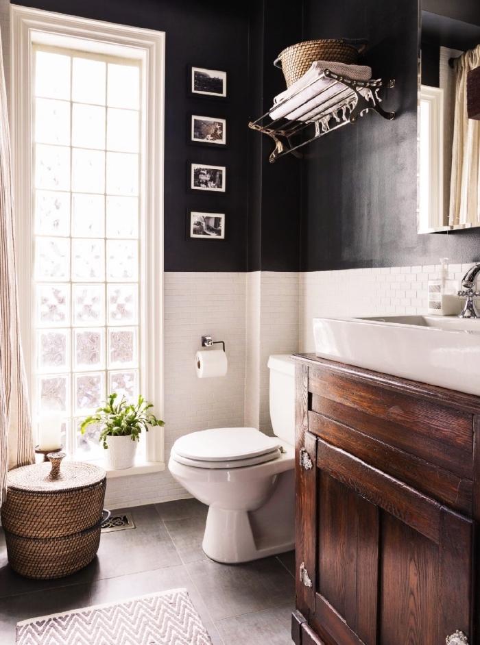 aménagement petite salle de bain de style rétro chic avec peinture foncée et carreaux blancs, idée meuble bois brut
