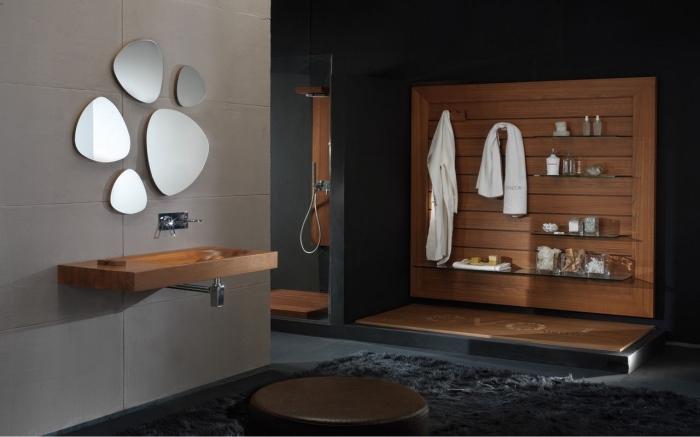 idée meuble bois salle de bain, comment aménager une salle de bain spacieuse avec cabine de douche aux murs noirs