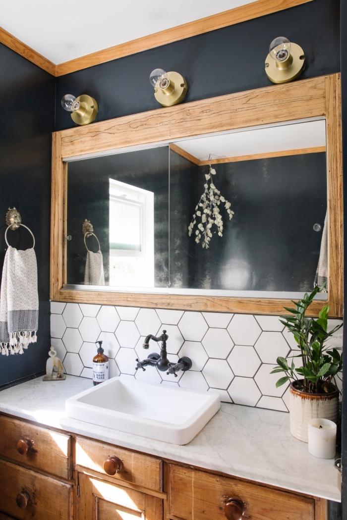 décoration petite salle de bain aux murs noirs avec plafond blanc et accents en bois, idée petite lavabo blanche