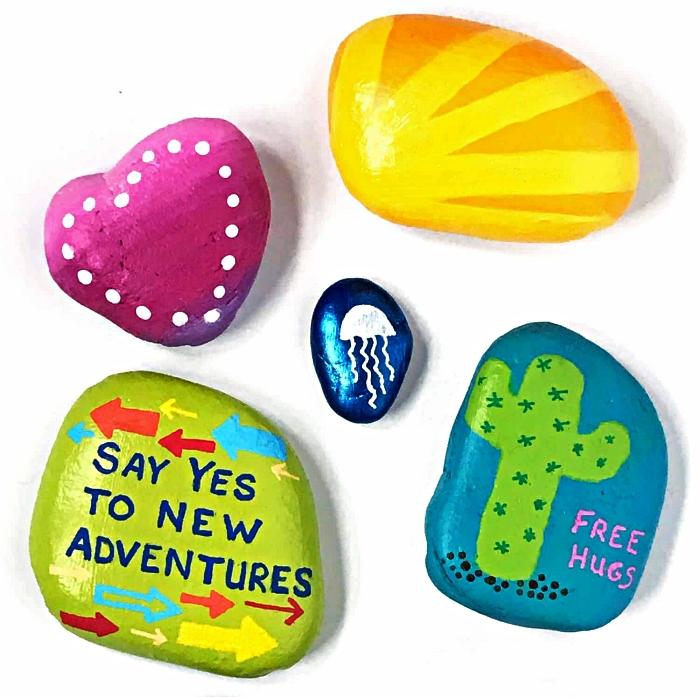 des galets décorés pour s'amuser avec les enfants pendant les vacances, peindre des galets à motifs originaux
