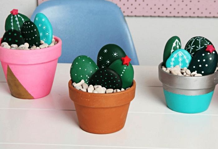 pots graphiques avec cactus en galets en teintes du vert, idée deco galet cactus, pots de faux cactus avec galets