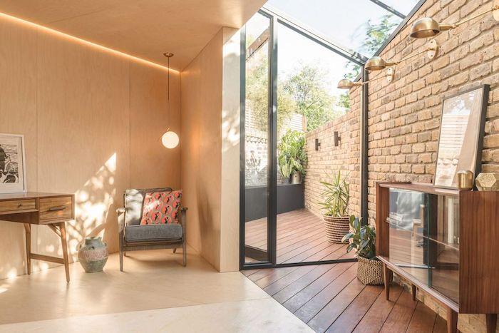 toute petite extension vers l exterieur d une maison avec commode dans un angle et éclairage, idée exploiter l espace entre deux murs